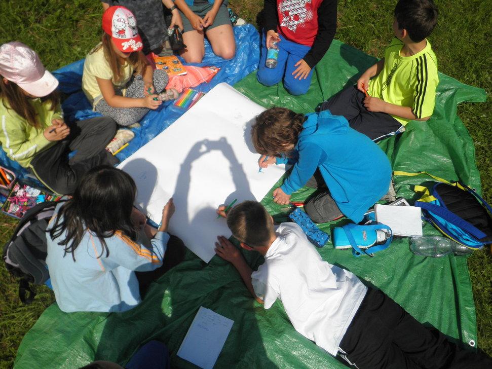 Děti spolupracující na tvorbě plakátu